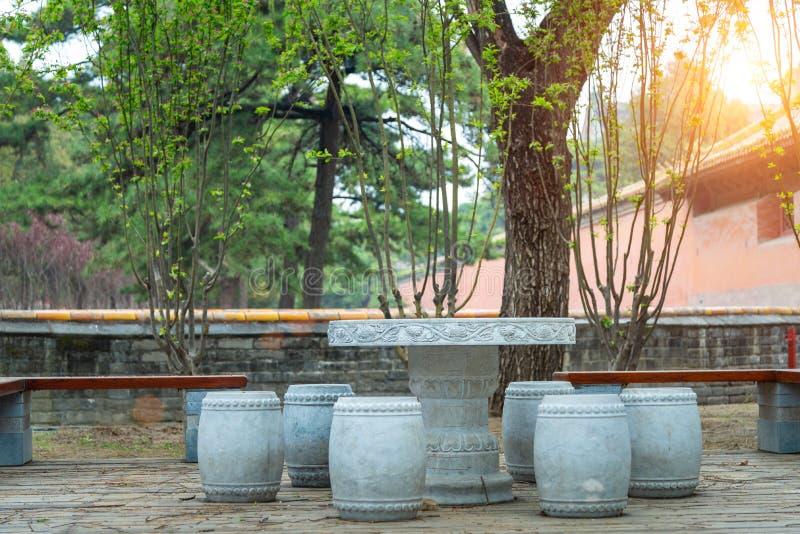 Dryluje robić meble przy podwórzem Azjatycki tradycyjny ogród zdjęcie stock