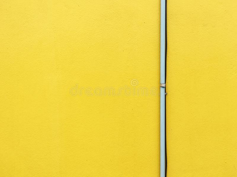Drymba na kolor żółty ścianie fotografia royalty free
