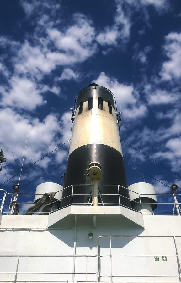 Drymba na statku Biały statek z czarnym kominem przeciw sk obrazy royalty free