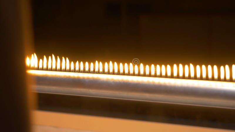 Drymba z ogieniem w chemii laboratorium zakończeniu up Benzynowy system w lab Instrument muzyczny z płomieniami Tubka i zdjęcie royalty free