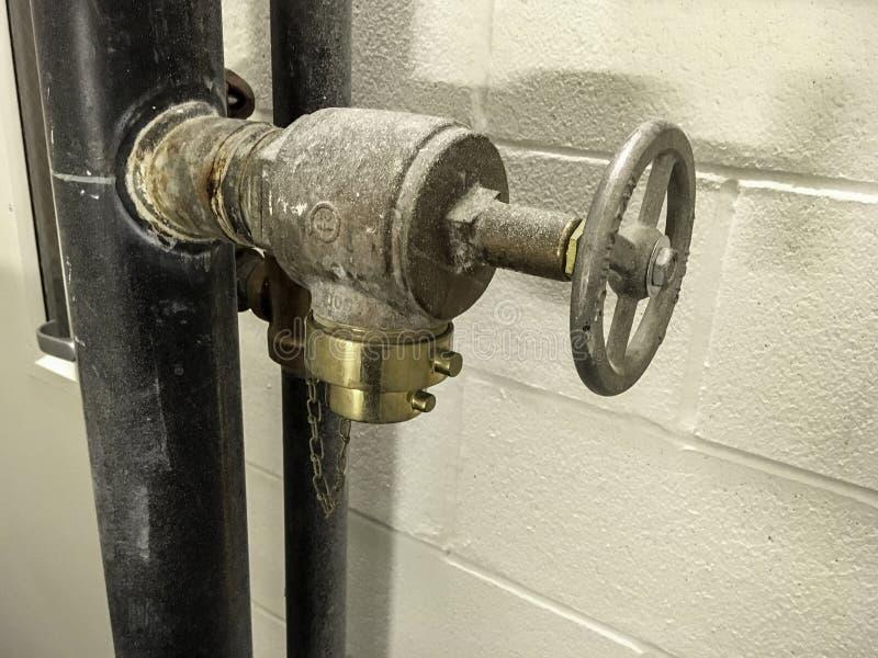 Drymby i koło przeciw ścianie zdjęcia stock