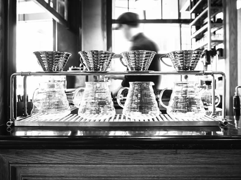 Drypa kaffe med det suddiga kafét för den Barista bakgrundsrestaurangen royaltyfria bilder