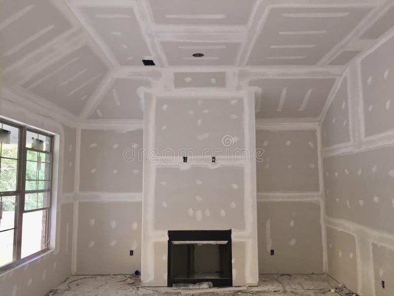 Drywall som tejpar och rappar arkivfoton
