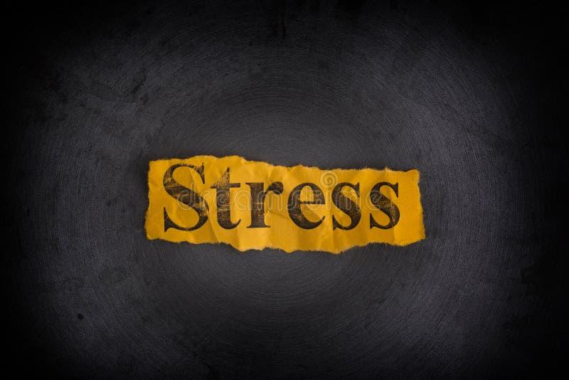 Drzejący zmięty kawałek papieru z słowo stresem fotografia stock