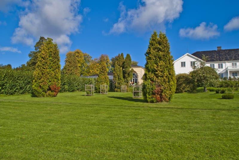 Drzewa, krzaki i żywopłoty w ogródzie czerwony dwór, zdjęcia royalty free