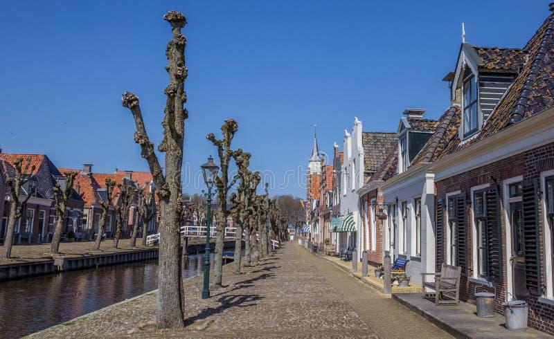 Drzewa wzdłuż środkowego kanału w dziejowym Sloten zdjęcia stock
