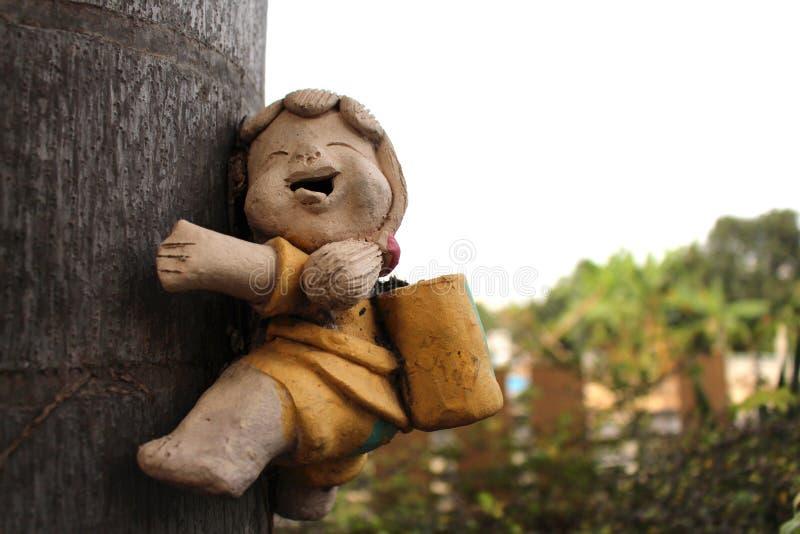 Drzewna wspinaczka z uśmiechem zdjęcie stock