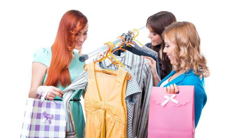 Drzewne szczęśliwe kobiety robi zakupy w ubrania sklepie zdjęcia stock