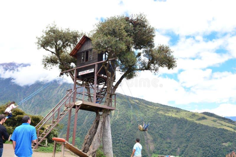 Drzewny dom i świat huśtamy się w miasteczku Banos, Ekwador obraz royalty free