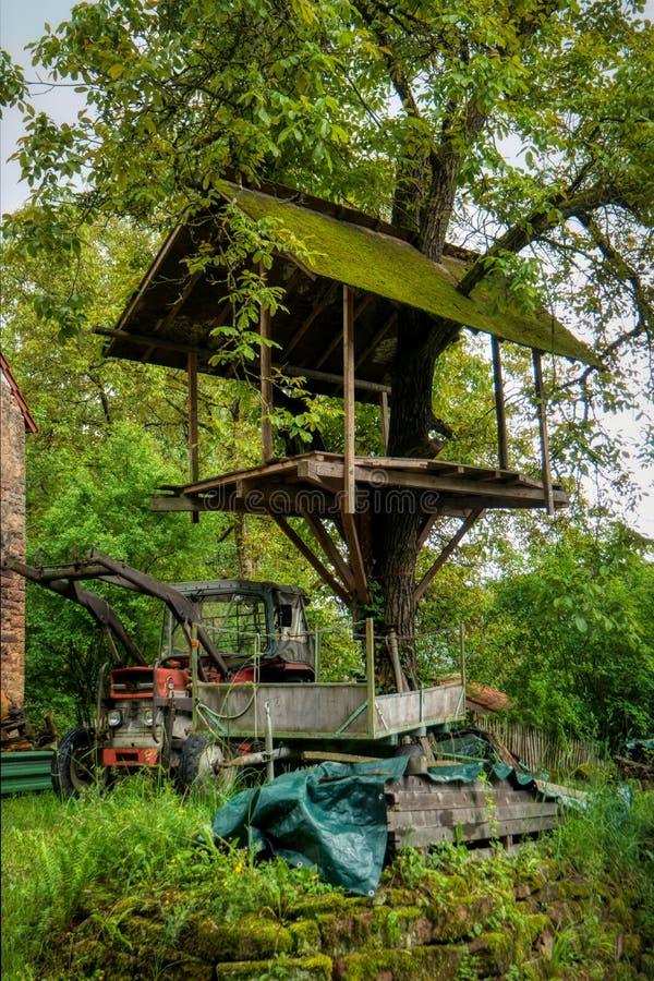 Drzewny dom wzdłuż długodystansowego wycieczkuje śladu Neckarsteig fotografia stock