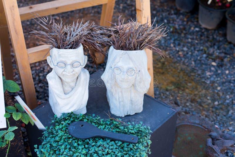 Drzewny garnek glina z twarzą ludzką obraz stock