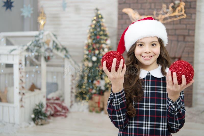 Drzewo domowe i Boże Narodzenie rano przed świtem szczęśliwy nowy rok uśmiechnięte dziecko w kapeluszu santa aktywność zimowa zdjęcia royalty free