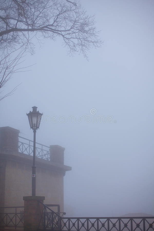 Drzewo i samotna latarnia uliczna obraz stock