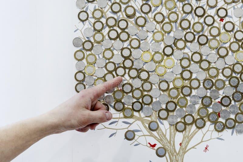 Drzewo malujący na ścianie Ten Belarusian ruble pokazuje palec na pieniądze Wzrost lub zmniejszanie , zarówno jak i banka depozyt zdjęcia stock