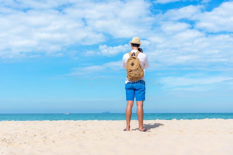 drzewo pola Szczęśliwa uśmiechnięta caucasian turystyczna azjatykcia młodego człowieka mienia kamera dla bierze fotografię sprawd obrazy royalty free