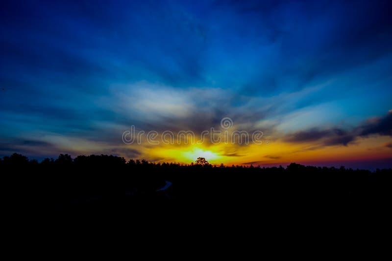 Drzewo przed horyzontem, Halny wschód słońca w ranku niebie, szerocy kolory słońce nad górami, Grecki słońce wzrost obraz royalty free