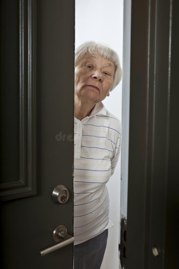 drzwi frontowa otwarcia seniora kobieta obraz royalty free
