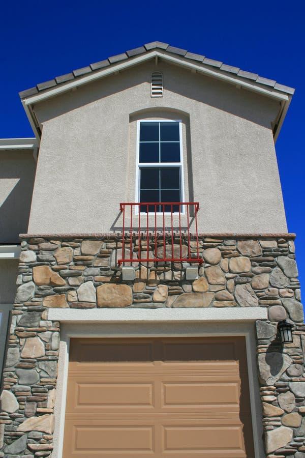 drzwi garażu domu przez okno fotografia stock
