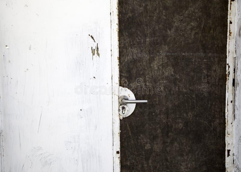 Drzwi i brudny kruszcowy tło obrazy stock