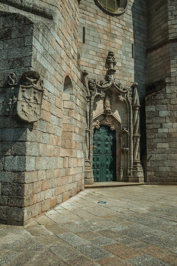 Drzwi i kamienia dekoracja ruszać się po spirali kolumnę w katedrze fotografia royalty free