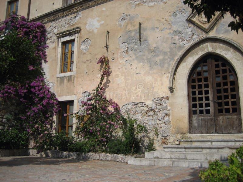 Drzwi i kwiaty obrazy stock