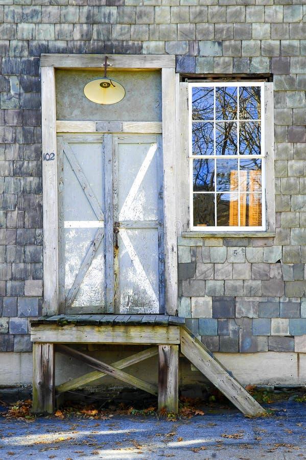 Drzwi i okno na ?upek shingled budynku obraz royalty free