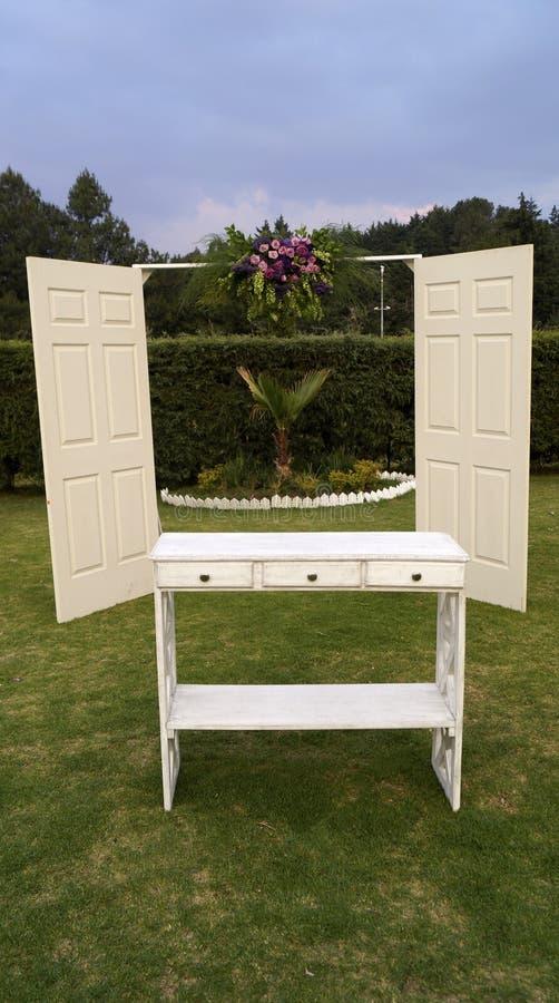 Drzwi i stół zdjęcie stock