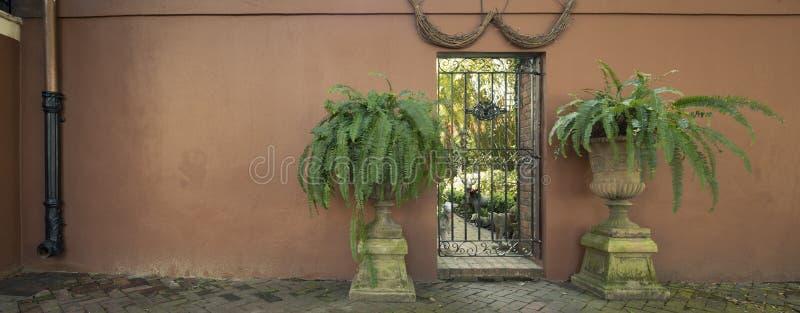 Drzwi i wejścia sceniczni, unikalna, stara, ozdabiająca architektura, obrazy stock