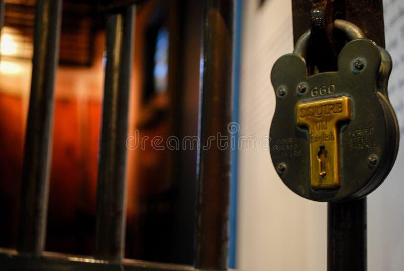 Drzwi komórka w starym więzieniu obrazy stock