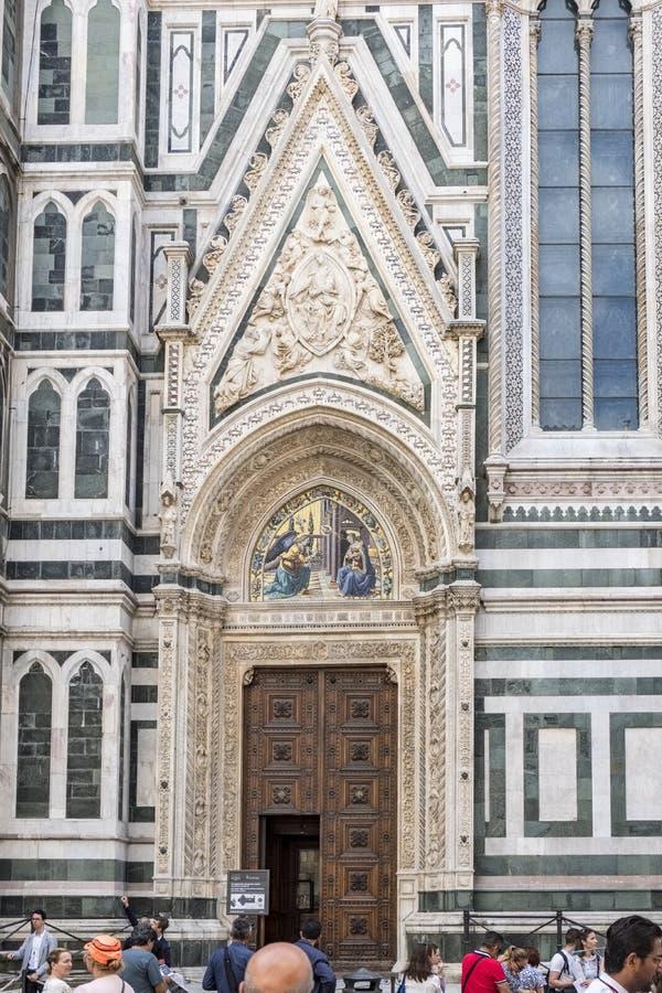 Drzwi lokalizować na stronie katedra Santa Maria Del Fiore z bardzo ozdobną bielu marmuru ramą i mozaiką obraz stock
