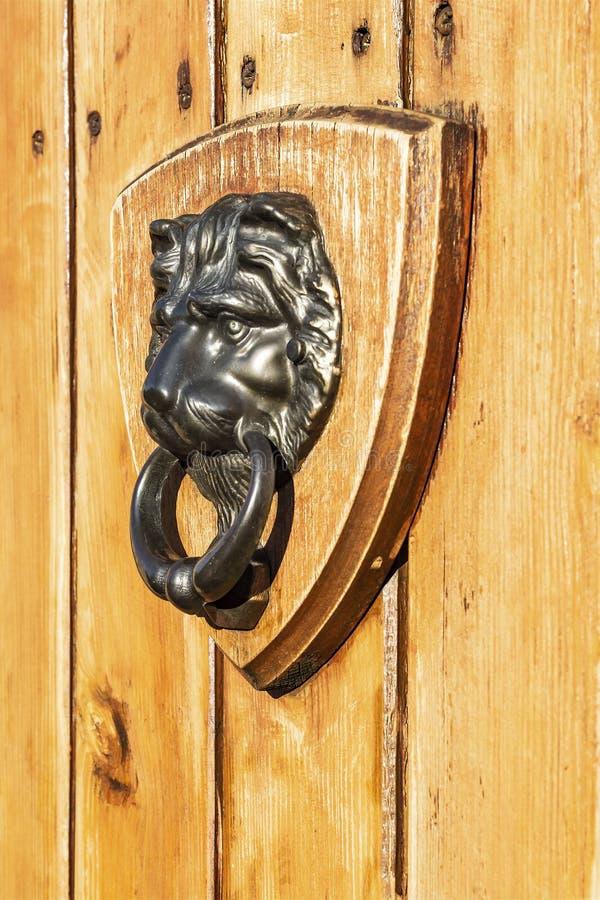 drzwi lwa knocker kszta?t obrazy stock