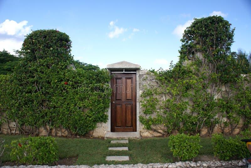 drzwi ogródu ściana zdjęcia royalty free