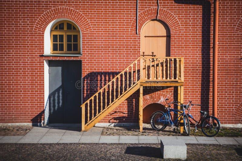 Drzwi, okno z łukiem i schodki, zdjęcia stock