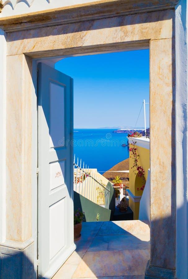 drzwi otwarty z dennym widokiem od podwórza w Santorini, Grecja zdjęcia stock