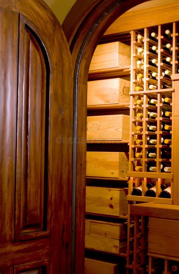 drzwi piwnicy win mahoniowy fotografia royalty free