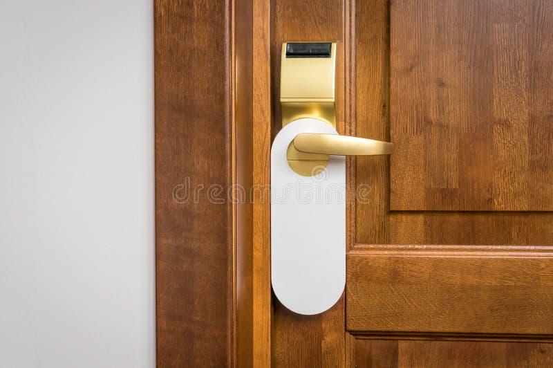 Drzwi pokój hotelowy z pustym znakiem zadawala no zakłóca zdjęcia royalty free