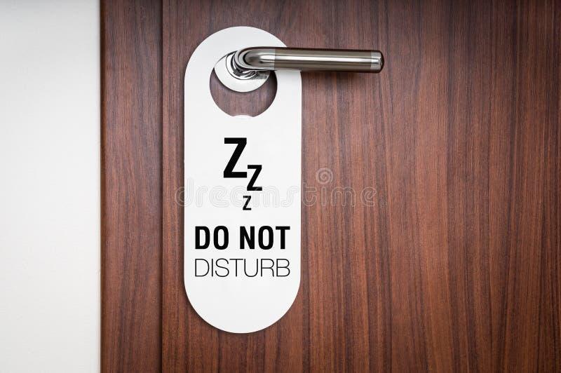Drzwi pokój hotelowy z znakiem no zakłóca fotografia royalty free