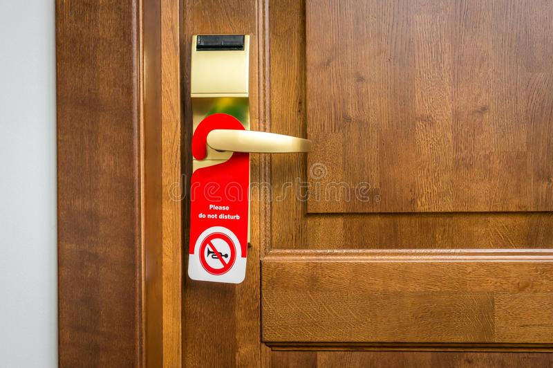 Drzwi pokój hotelowy z znakiem zadawala no zakłóca zdjęcia stock