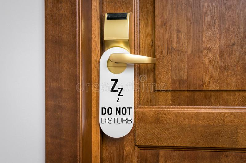Drzwi pokój hotelowy z znakiem zadawala no zakłóca obraz stock