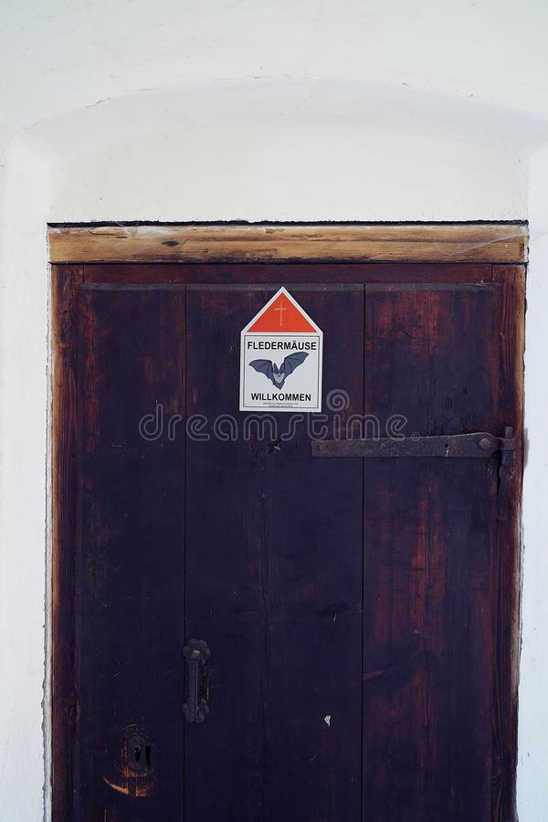 Drzwi przy kloster hoeglwoerth nietoperza znakiem - nietoperza powitanie zdjęcie stock