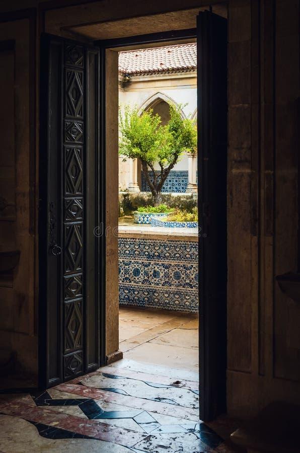 Drzwi przyklasztorny klasztor Christ, antyczny templar forteca i monaster w Tomar, Portugalia zdjęcie stock