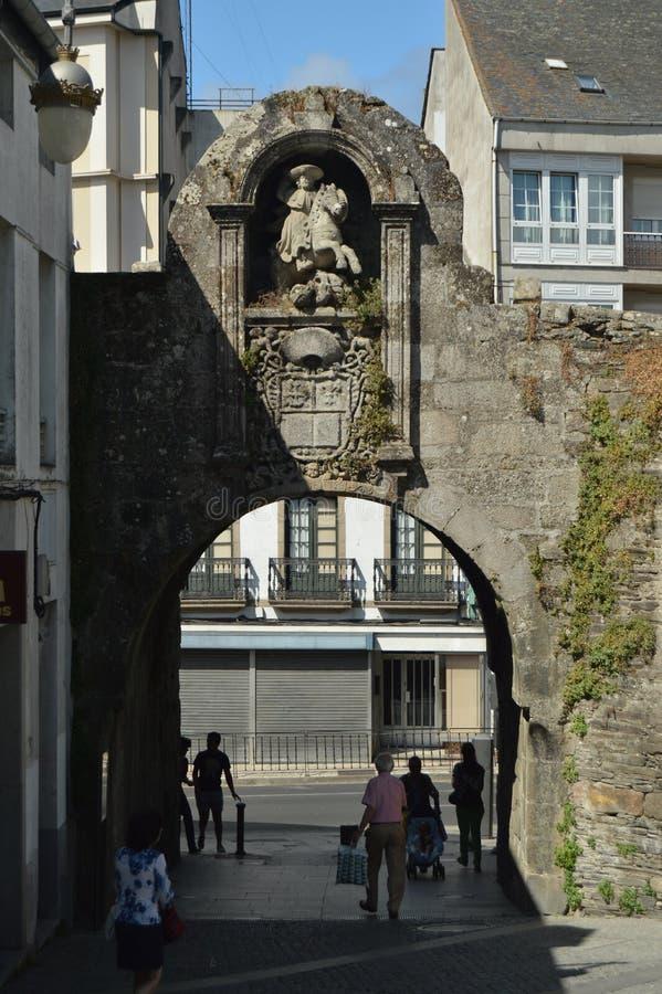 Drzwi Romańska ściana w placu de Ferrol, nazwany Fałszywy W Lugo Podróż, architektura, wakacje zdjęcia royalty free