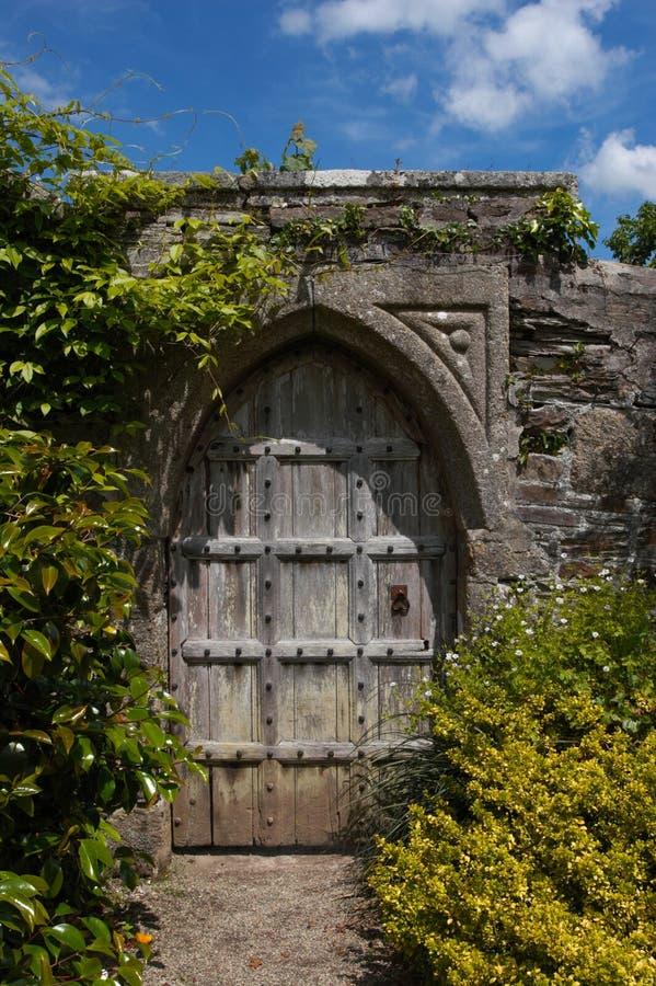 drzwi sekret ogrodowy magiczny zdjęcie royalty free