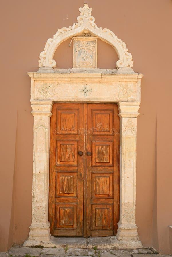 Drzwi stary budynek w Hersonissos obrazy royalty free
