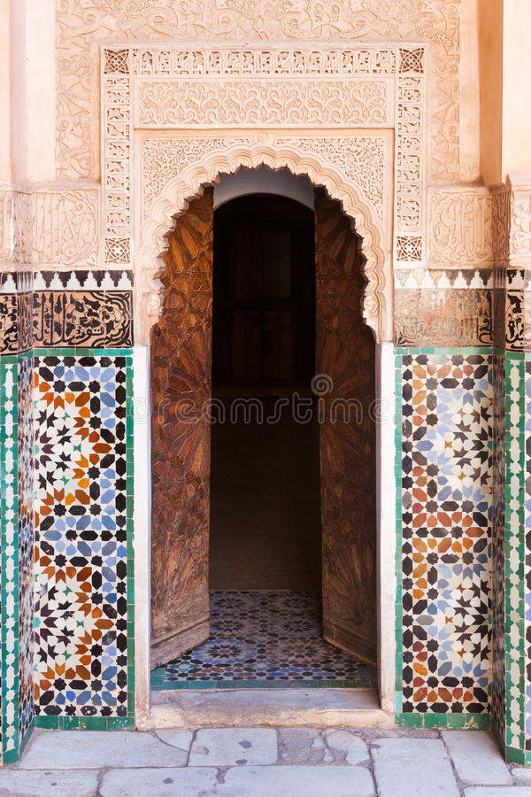 Drzwi w Ben Youssef Medersa w Marrakesh obraz stock