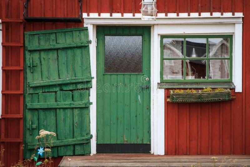 Drzwi w tradycyjnego Szwedzkiego połowu dom na Bałtyckim wybrzeżu zdjęcie stock