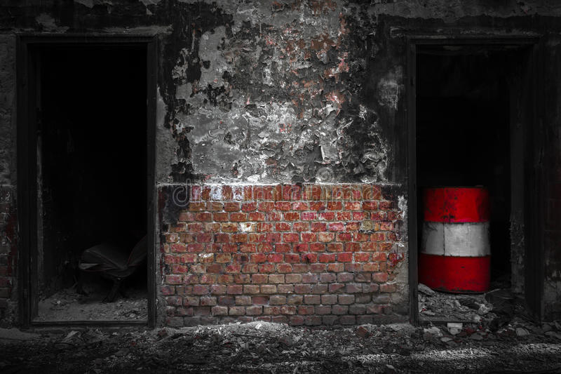 Drzwi w zdewastowanym przemysłowym budynku fotografia stock