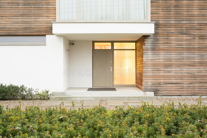 drzwi wejścia przodu dom odnosić sie zdjęcie royalty free