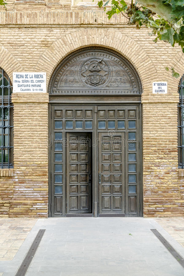 Drzwi, wejście Mariańska świątynia Nasz dama Carmen w Calahorra, Hiszpania zdjęcia stock