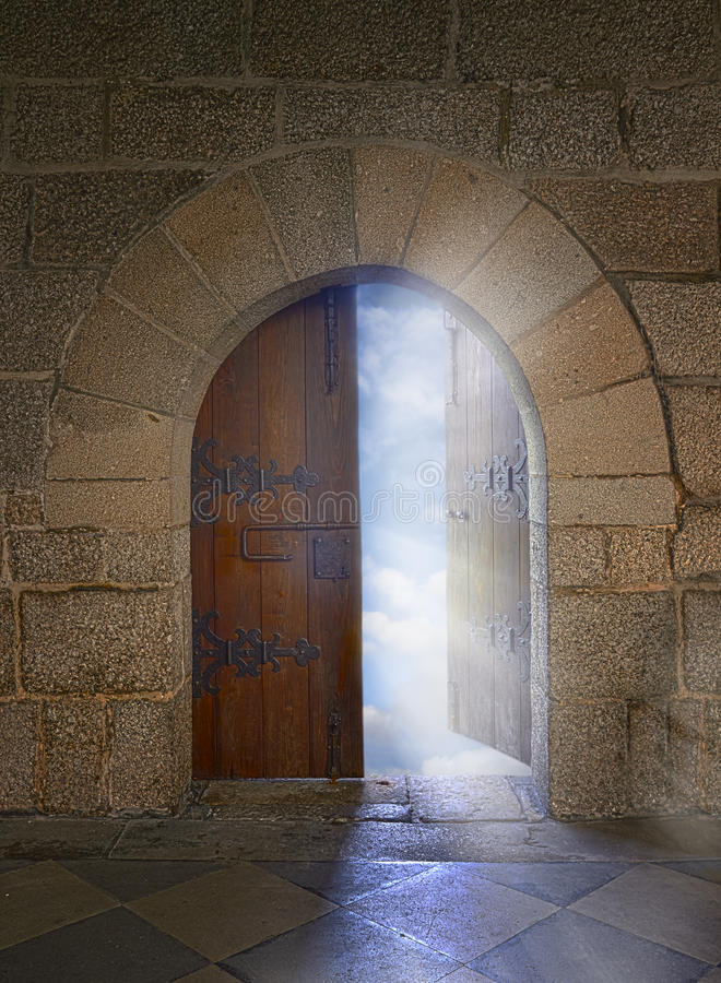 Drzwi z łękowatym otwarciem chmurny niebo fotografia royalty free
